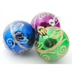 Разноцветни коледни топки декорирани с брокат
