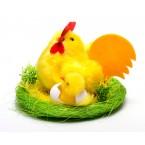 Кокошка в гнездо с пиле