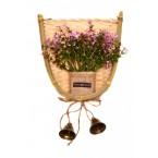 Изкуствено цвете в кошница за окачване
