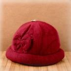 Дамска плетена шапка с малка периферия