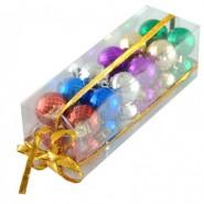 Кутия с 24 броя коледни топки за украса на елха.