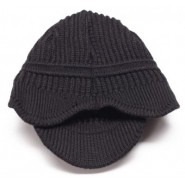 Сива плетена зимна шапка с малка козирка.