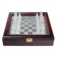Стъклен шах в дървена кутия
