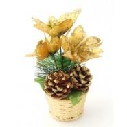 Коледна елхичка с три златисти цветя и две шишарки, поставени в златиста саксийка.