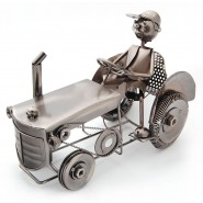 Поставка за вино - мъж на трактор