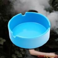 Цветен пластмасов пепелник