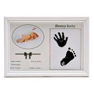 Бяла рамка за бебе с отпечатъци