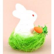 Великденско зайче с морков върху зелена трева