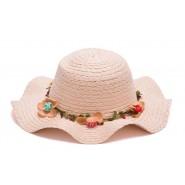Малка шапка с венец от изкуствени цветя