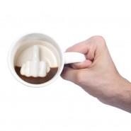 Забавна чаша с пръст в неприличен жест