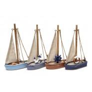 Малка дървена лодка
