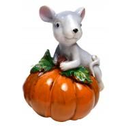 Фигурка на мишка върху тиква