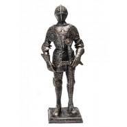 Фигура рицар в доспехи с меч