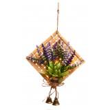 Изкуствено цвете върху пано за окачване